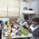 女性スタッフ中心で、和気あいあいと作業しています。
